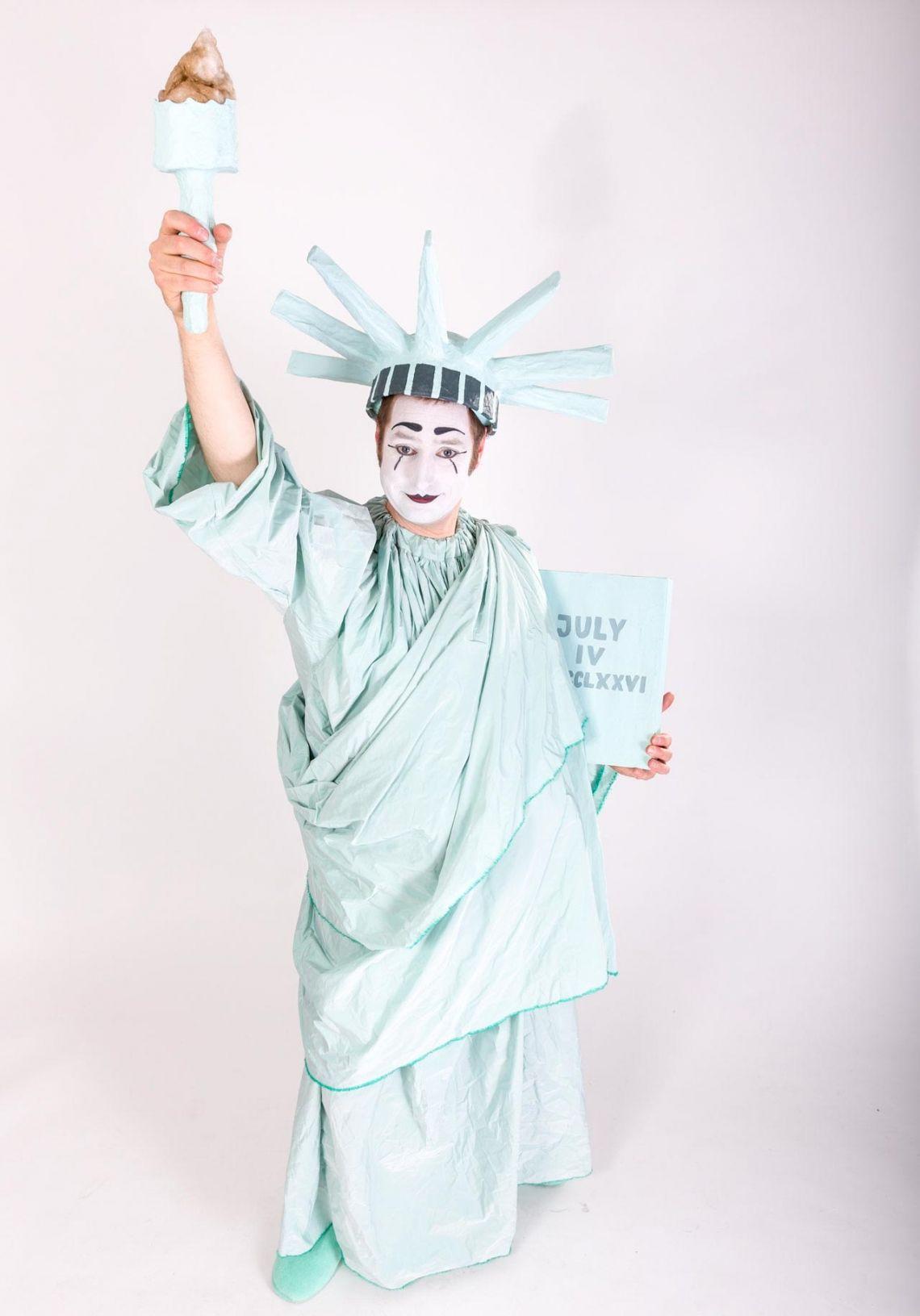 """Bastian als Freiheitsstatue Der Big Apple lässt grüßen! Pantomime Bastian schlüpft in die Figur der """"Statue of Liberty"""", die das triste Leben in New York satt hat und raus will in die große weite Welt!"""