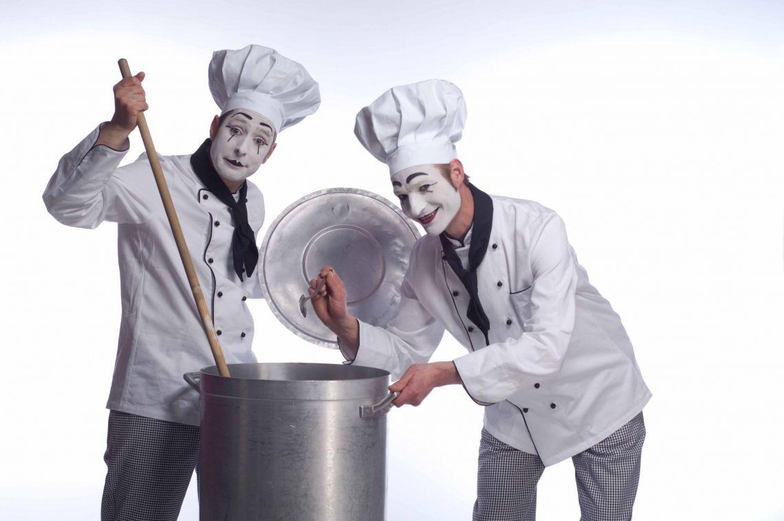 Bastian und PAN als Köche Begeben Sie sich auf eine kulinarische Reise voller ungewöhnlicher Überraschungen. Im Kochoutfit tischt er Feinschmeckern aus der Gourmetwelt die spektakulärsten Gerichte auf. Mit Bastian in der Küche ist gute Stimmung garantiert!