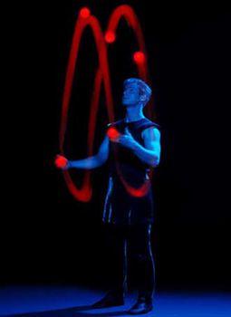 Till Pöhlmann - Licht-Jonglage mit LED-Bällen FLYLIGHTS  inspiriert und verzaubert vom klang der musik  tanzen geworfene bälle einen reigen der jonglage.  erst nur einer, dann zwei, schon drei, bald vier,  dann gestalten fünf bälle ein leuchtgemälde im bilderrahmen der dunkelheit.