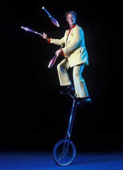 Till Pöhlmann - ALLROUND - Comedy-Artistik-Show ALLROUND   ist eine aus gewachsener erfahrung gestaltete publikumsanimation.  ihre gäste werden mit spaß in eine unmittelbare spielfreude einbezogen. geschliffene texte, präsentiert wie eine heitere improvisation zu einer  waghalsigen jonglage mit keulen auf dem hochrad,  gipfeln artistisch zum finale der darbietung in einem feuerspektakel und flammenrausch der sinne.