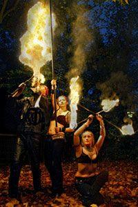 """Feuerspiele und Pyroevents Artistische Feuertänzer, Feuer-Fakire und Feuerspucker sind die Protagonisten unserer Feuerspiele oder Pyroshows. Feuerlogos, Feuerschriften oder pyrotechnische Lichterblilder hinterlassen als """"Branding"""" beim Publikum bleibende Eindrücke."""