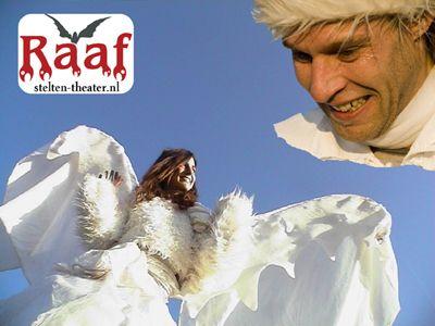 Weihnachten mit Engel und Ballerina auf Stelzen und Musik aus Südamerika.  Walt Raaf hat immer seine eigene Art Acts zu spielen die jeder spielt.