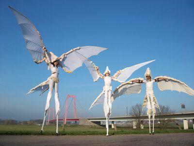 Das Symbol des Friedens; Weiße Vögel oder Wittvogel versteht jeder. In 2017 spielten wir mit Wittvogel auf das Straßentheaterfestival ViaThea in Görlitz.
