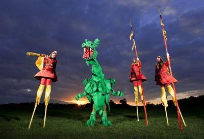 Drei Drachehirten auf Stelzen und der Drache von Geldern, Walk-act mit historischem Hintergrund.