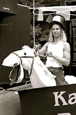 Pflege-Theater mit dem Mann auf einem Pferd. Puppentheater von Raaf.