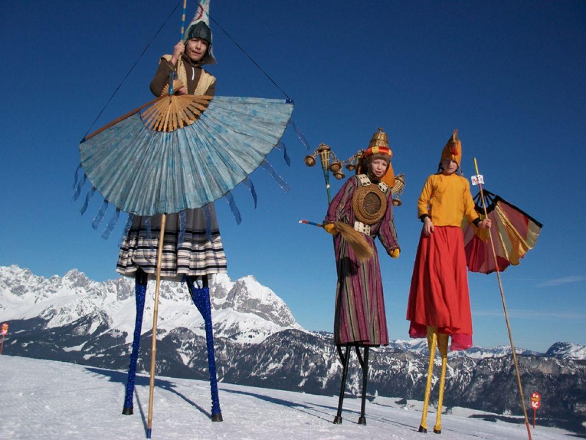 Auf spirituelle Reise zum Dach der Welt Zusammen mit die Puppen Papa und Mama Zulu geben diese Figuren Avatar eine farbenfroher Fantasie.