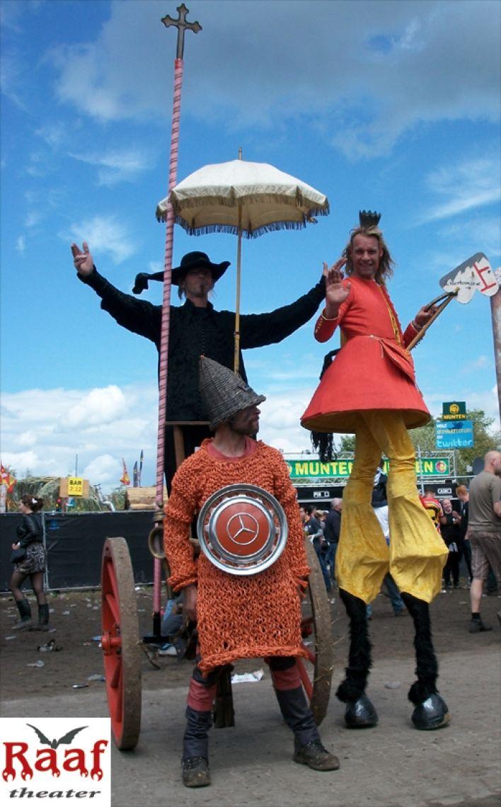 Straßentheater und Stelzenheater für Festivals und Veranstaltungen. Theater Raaf hat mehrere mittelalterliche Fahrzeuge mit Spielern in verschiedenen Outfits.