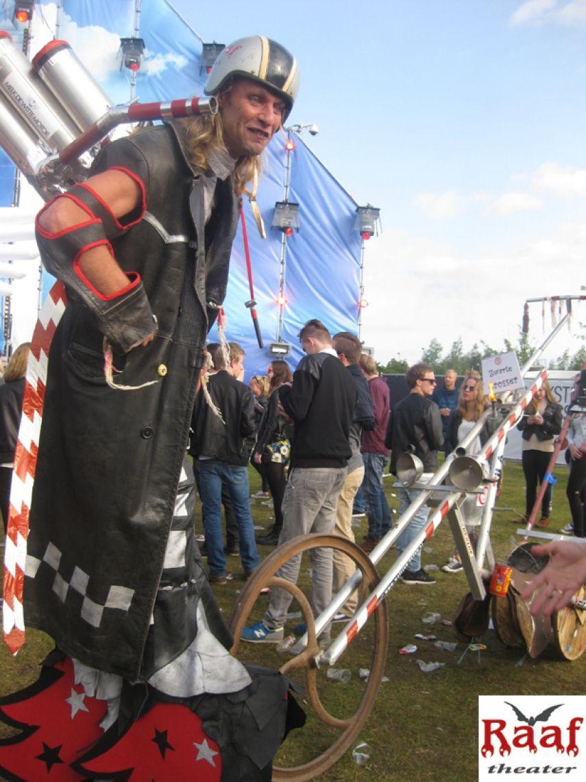 Lustiger Steampunk Motorradfahrer mit kleinen Feuerwerken.