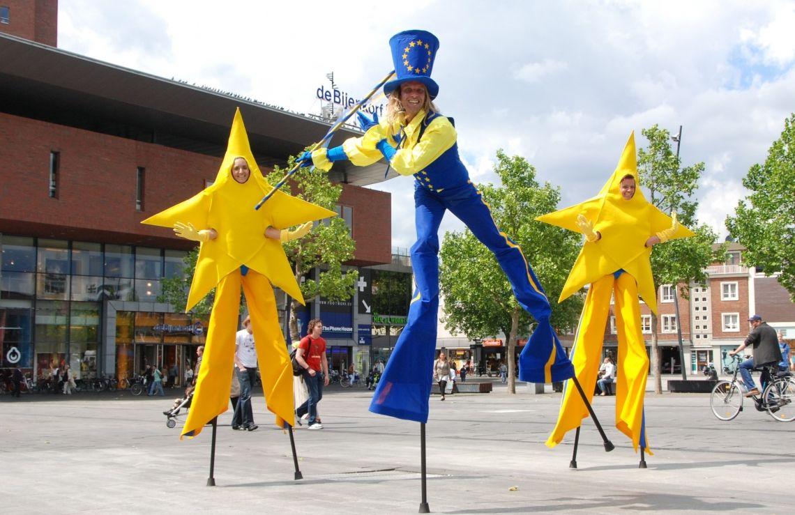 Promotion und Marketing mit Mister Europe und die Yellow Stars! Stelzenlaufer mit mobiles Theater.