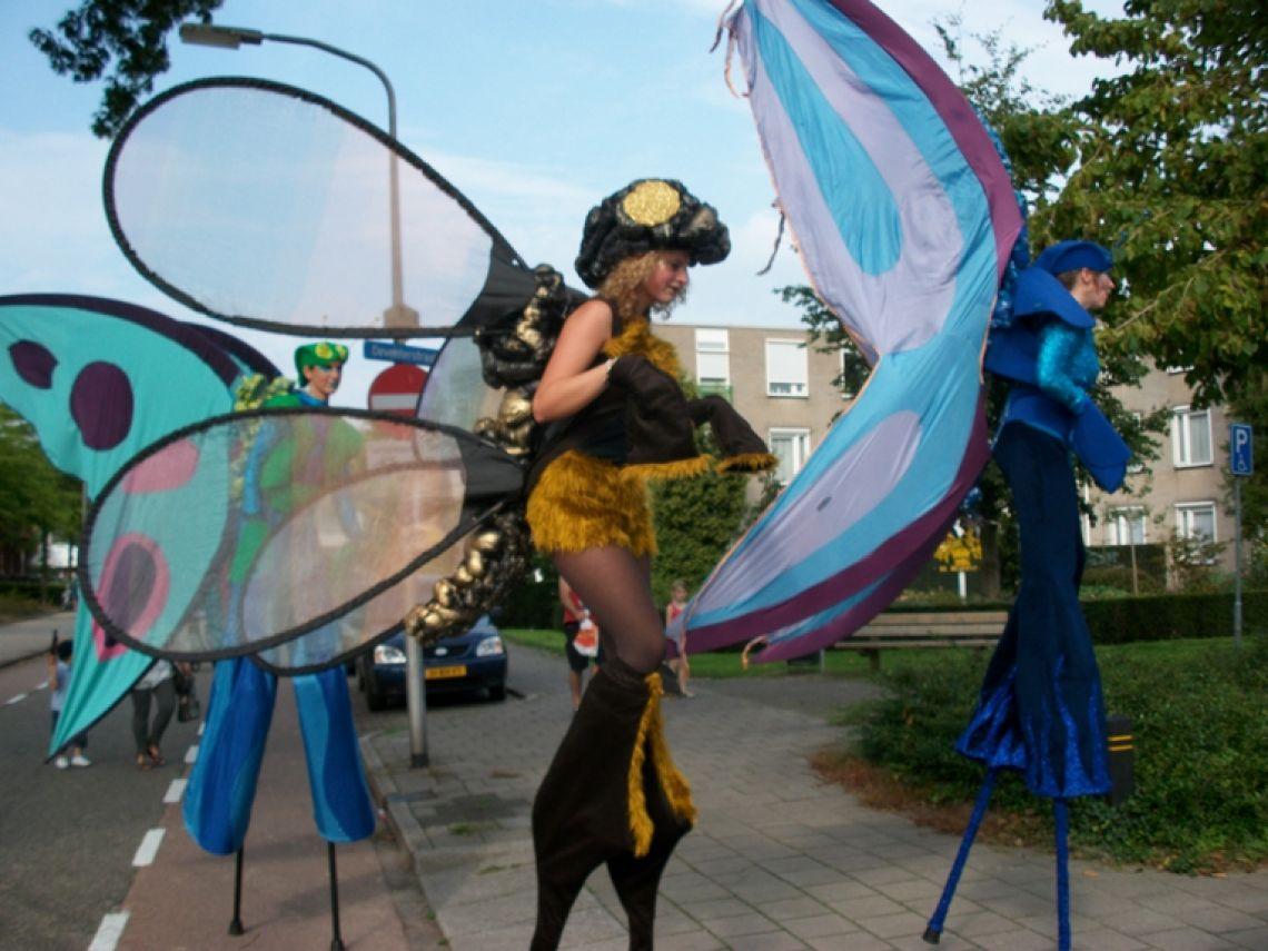 Alice in Wonderland mit die Stelzenfiguren Schmetterlinge Biene und Libelle. Diese Figuren können auch Solo oder als Duo gebucht werden.