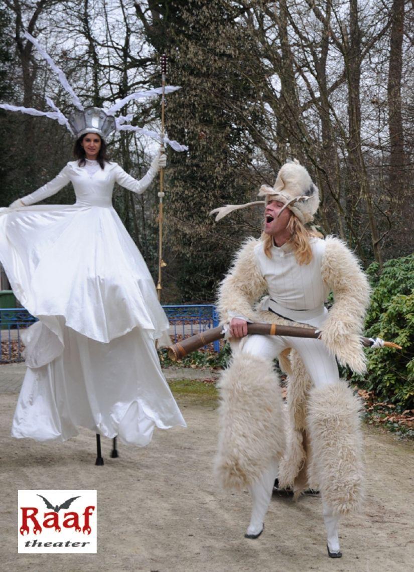 Santa Lucia und Klabautermann oder Winterziege. Ganz lieb zum Weihnachten. Winterziege und Santa Lucia sind die zentralen Figuren in verschiedenen Shows in weiß mit Licht.