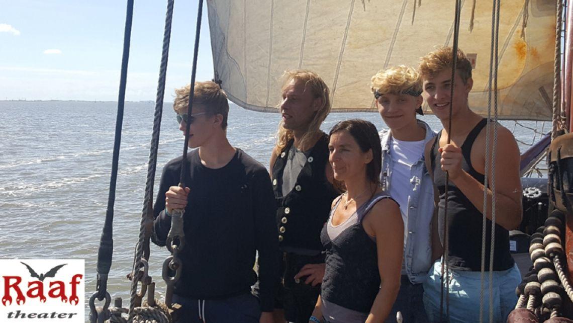 Walt Raaf Stelzentheater Familie mit Horizontoer 2017 entlang der Wattinseln.  Die Walt-Raaf-Jungen wurden in diesem Jahr 15, 17 und 19 Jahre alt. Sie wachsen zunehmend in der Rolle des Stelzenläufer.
