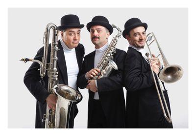 """MABÒ-BAND (Italien), 'on the road' mobile musikalisch-theatralische Kommunikations-Show Die drei Musiker RENZO STIZZA (Alt-Saxophon), AMILCARE POMPEI (Posaune) und FABRIZIO PALAZZETTI (Baß-Saxophon) sind Absolventen des namhaften Macerata Konservatoriums.  In der direkten und spontanen Begegnung mit dem Publikum entwickelten sie ihren unvergleichlichen Stil. Kaum eine andere Musikgruppe erreicht während der Darbietung diese Symbiose einer theatralisch-musikalischen Kommunikations-Show mit dem Publikum.  In Deutschland zählt die MABÓ-BAND zu den Publikumslieblingen. Ob bei Stadtfesten, Festivals, Bundesgartenschauen, Events und Empfängen, es dauert nur wenige Minuten und das Publikum ist dem Charme dieser drei Vollblut-Musiker erlegen. Die Darbietung sprudelt nur so von spontanen und lebendigen Arrangements. Musik, Schauspiel und der Kontakt zum Publikum verschmelzen dabei zu einer Einheit. Für das Publikum ist die originelle Darbietung eine Begegnung der liebevollen Art.  """"Tanz, Musik und Theater, so liebenswürdig, so spontan, so ideenreich – das zeigte italienische Lebensart und ließ träumen von lauen Sommernächten unter azurblauem Himmel am Trasimenischen See"""". (WOLFSBURGER NACHRICHTEN)  1. Preis Int. Straßentheaterfestival Gütersloh 2007"""