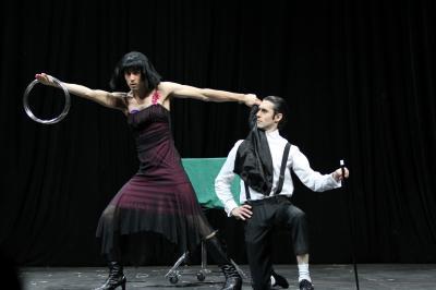 """CIE DOBLE MANDOBLE (Belgien) Mit ihrer schrägen Illusionsnummer, """"den chinesischen Ringen"""" gewannen sie im Juli 2012 in Blackpool (GB) den 1. PREIS in der Kategorie """"Comedy-Magie"""" bei den WORLD CHAMPIONSSHIPS OF MAGIC FISM und 2014 den Mandrake d´Or in Paris Stellen Sie sich in Ihrer Fantasie den legendären Zaubertrick mit den """"chinesischen Ringen"""" vor. Dazu ein in die Jahre gekommenes Duo bestehend aus einem Magier und seinem Assistenten. Kombinieren wir dieses betagte Duo und den legendären Zaubertrick in der nur erdenklich inkompatibelsten Art und Weise, - dann erleben wir einen altmodischen, inkompetenten Magier, begleitet von einem ungeschickten Assistenten, welcher sich als der Begabtere von Beiden produziert.  Die """"ungezähmten Ringe"""" sind eine lustvoll, clowneske off-beat show, voller Überraschungen, dynamisch und höchst unterhaltsam! Die gebürtigen Spanier Luis Javier Córdoba Pelegrin und Miguel Ángel Córdoba Pelegrin wurden ausgebildet an der Zirkusschule in Madrid und an der Schule für Zirkuskünste ESAC in Brüssel und gründeten 2007 die Compagnie DOBLE MANDOBLE. MI OTRO YO entstand 2009 in Coproduktion mit Espace Catastrophe (Brüssel), Festival Humorologie (Marke-Kortrijk) und der Communauté francaise, service général des Arts de la scéne/service des Arts forains, du cirque et de la rue."""