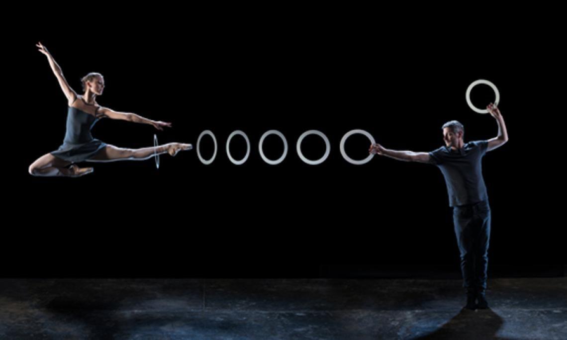 """4x4 - Flüchtige Strukturen """"Eine Show von eleganter, wehmütiger Schönheit"""" - sagt The Guardian. In """"4 x 4 - flüchtige Strukturen"""" treffen zwei Welten aufeinander : Ballett und Jonglage. Es ist eines der spannendsten genreübergreifenden Bühnenstücke der Gegenwart. Das Tanz-Jonglage Stück sucht die Balance zwischen Tänzer und Jongleur und öffnet sich dem Dialog, offen, einen Raum gemeinsam und miteinander zu nutzen.  4 x 4 entstand in Zusammenarbeit mit dem Royal Opera House London."""