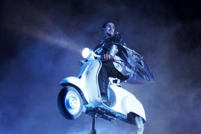 """C'era una volta : Märchenrevue von Ondadurto Teatro aus Rom Der Prinz kommt nicht auf einem weißen Pferd daher - sondern (wie könnte es bei Künstlern aus Rom auch anders sein) auf einer weißen Vespa, um sein Aschenputtel zu retten. """"C''era una volta"""" ist ein satirischer, respektloser, zugleich liebevoller Streifzug durch die Märchenwelt ... ein Highlight des Straßentheaters"""