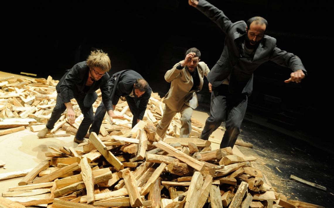 Claudio Stellato Cie : La Cosa Absurdes Theater trifft auf Cirque Nouveau  Vier Männer, vier Äxte und vier Kubikmeter Holz. Die Anstrengungen, das Holz zu schichten, zu sortieren, zu bewegen, lässt die Männer an ihre physischen Grenzen kommen. Sie arbeiten unaufhörlich, ohne Ende, die Rituale werden bis ins Absurde wiederholt. Sinn wird zum Unsinn. Es entstehen Figuren, Türme, Bögen, die die Männer unter sich begraben und wieder freigeben. Eine Mischung aus absurdem Theater, Pantomime, Zirkus und Kunstperformance.  La Cosa wurde 2016 beim ›Prix de la critique Théâtre et Danse‹ von belgischen Kulturjournalisten als bestes Stück in der Kategorie Cirque Nouveau ausgezeichnet.