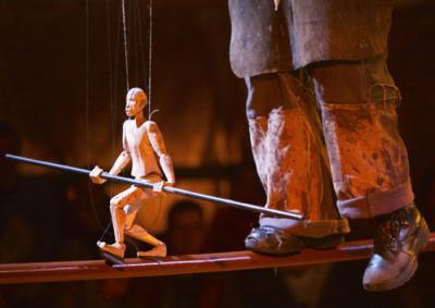 RUDO  Ein Mann nimmt ein paar klobige Holzquader, formt sie zu zwei wackeligen Säulen, von denen gar auf der kippe steht, und verbindet sie mit einer Eisenstange. Was nun folgt, ist die Zauberkunst des Akrobaten: er nimmt seinem Publikum die gegenwart, schickt es in die Zeitlosigkeit eines Traumes, in dem die Schwerkraft keine Rolle spielt ... nichts ist wie es war, während man noch auf die Vorstellung wartete.   RUDO verbindet große Schritte und kleine Gesten, Grobes und Feines, laute und leise Töne, spielt ganz nah vor und mit dem Publikum und schafft eine wundersame poetische Insel in der großen Welt ... die Entdeckung des katalanischen Circus 2014, mit Recht ausgezeichnet als beste Circusproduktion für die Bühne 2014 von der spanischen Fachzeitschrift zirkolika.