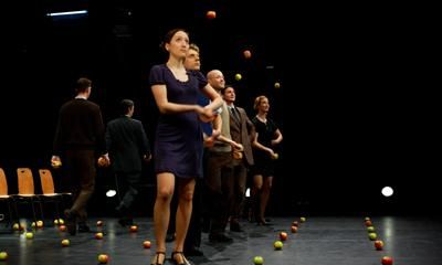 Smashed : 9 Jongleure, 80 Äpfel and a cup of tea Smashed - Tanzjonglage vom Allerfeinsten. Mit roten Äpfeln zur englischen Tea-Party. Es entfaltet sich ein kraftvoller Bilder- und Bewegungsreigen, der mit kleinen Gesten und Blicken erzählt von Rivalitäten, Machtkämpfen und Spannungen, aber auch von Sehnsucht, Nostalgie und Schwärmereien. Gandini Juggling aus London : Chamgagner für die Seele!  http://www.gandinijuggling.com/sites/smashed/Video.html