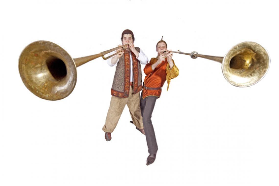 Die Gaukler Im mittelalterlichen Gewand präsentiert das Duo Forzarello allerlei Spaßvergnügen und Amüsemang. Da fliegen Keulen, Trommelstöcke, brennende Fackeln und Bonmots durch die Luft, auf die Pauke wird gehauen und man erfährt, warum 2 Gaukler 5 Arme brauchen – und auch haben.