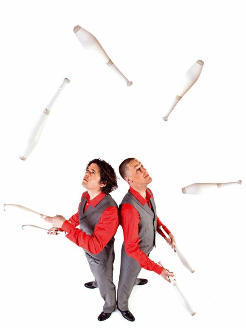 Juggle & Drum Urkomische Comedy, atemberaubende Jonglage, eine feuer- wie applausumbrandete Trommelshow, die ihresgleichen sucht (aber nie findet), Slapstick und allerlei bezaubernde Zauberei.