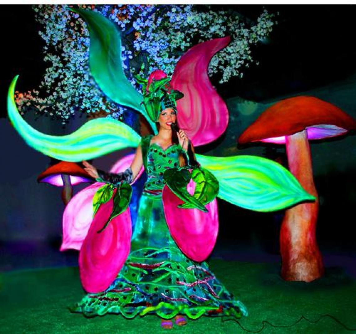 """Walk Act und Vocal Act im Blütenkostüm Lilie Joy Als Walk Act ein sehr beliebtes Kostüm für Welcome Events, Bundesgarten-Schauen, Tourismus, Messen. Als Vocal Act zum Thema """"Frühling"""", für Geburtstagsfeiern und Hochzeiten."""