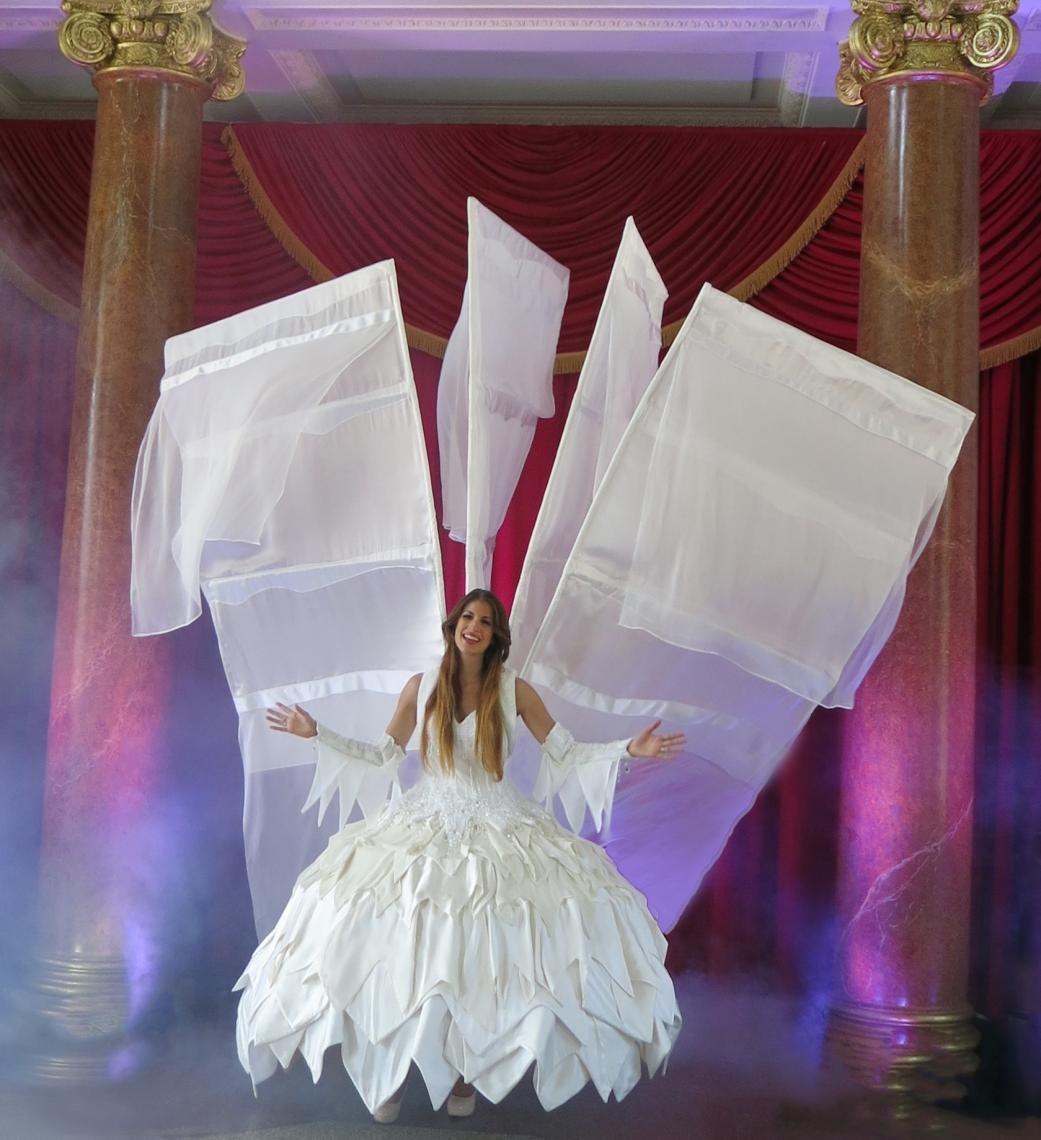 Eisfee singt auf Ihrer Weihnachtsfeier und sorgt für Gänsehaut. Phantasiekostüm Walk Act und Vocal Act für Weihnachten, Weihnachtsfeier, Weihnachtsmärkte, für Weihnachtsaktionen in Einkaufscentren jetzt buchen bei Sylla Events.