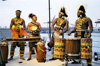 Trommler der Shosholoza Band beim Americas'Cup in Valencia Afrikanische Trommler und Sängerin sorgten beim America's Cup im Hafen von Valencia für Stimmung unter den Gästen des von T-Systems gesponserten Shosholoza Teams.