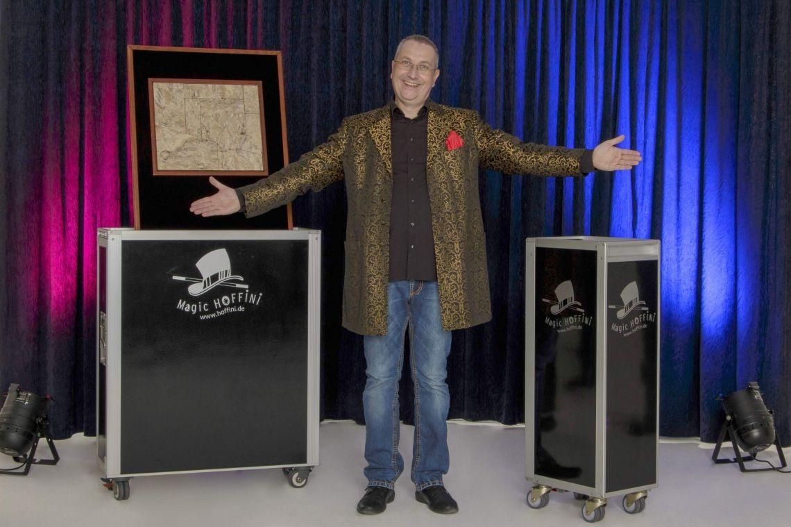 Magic HOFFINI - STAGE-ACT (Bühnenshow) Magic HOFFINI ist als STAGE-ACT und mit Close-up-Zauberkunst (table hopping von Tisch zu Tisch) buchbar.