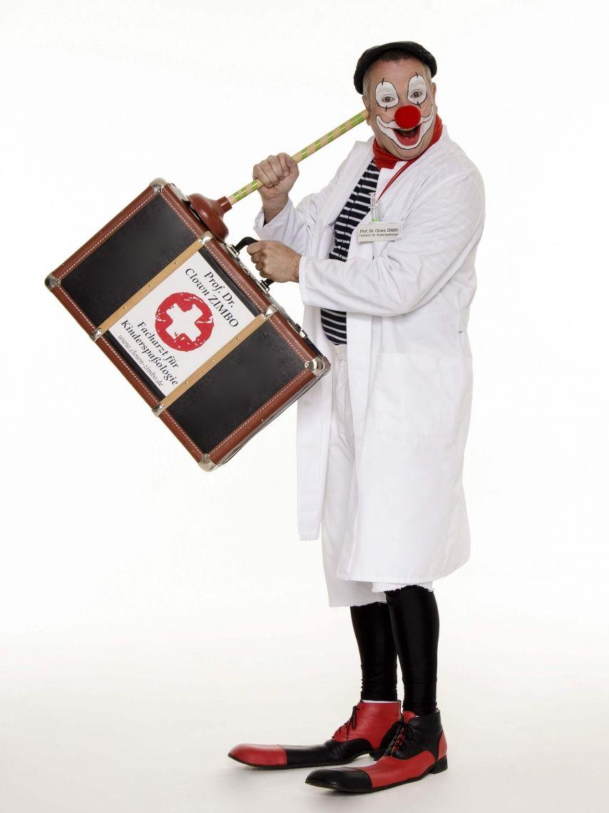 """Prof. Dr. Clown ZIMBO -Facharzt für Kinderspaßologie- STAGE-ACT / WALK-ACT / ROLL-ACT Medizinische Comedy & MedUtainment. """"Lassen Sie mich durch, ich bin Arzt!"""""""