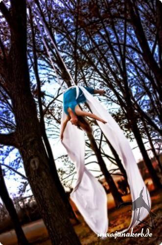 Lady L'Aire Elegant und verspielt, kraftvoll und geschmeidig tanzt Lady L'Aire am Aerial Tissue. Zarte Bewegungen und schwungvolle Elemente sind ausdrucksstark auf geheimnisvolle Cello-Musik choreographiert.