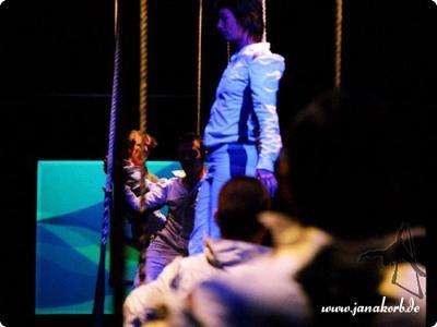 Trapeztheater Daumenkino Das Aerial-Repertoire von Jana Korb umfasst neben eigenständigen Produktionen auch Duo-Arbeit (z. B. als Trapezduo Sirius) und Mitarbeit bei größeren Ensembles und Companien. So war sie beteiligt an den Produktionen des Trapeztheater Daumenkino und spielte als Artistin am Solo-Trapez und Vertikalseil bei Hang10.
