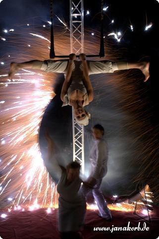mosaique Jana Korbs immerwährende Suche nach Möglichkeiten ihre (Luft-)Artistik zu transzendieren führt sie zur Zusammenarbeit mit dem Feuerkunst-Ensemble mosaique: mosaique vereint großartige Feuershow mit hochwertiger Artistik!