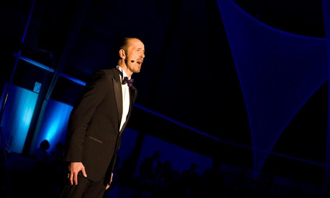 """""""Feuer und Eis"""" auf dem Ball des Sports Frank Adorf singt zur Eröffnung des Balls """"Song of Joy"""" in einer gemeinsamen Performance mit der Formation Firedancer"""
