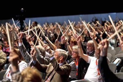 """Drum Cafe Sticky Wicked Event - 800 Teilnehmer mit Drumsticks Dieses Format bietet sich immer dann an, wenn extrem große Gruppen mit einem preiswerten Instrument ausgestattet werden sollen.  Jeder kennt das """"Klack-klack-klack"""", wenn der Drummer in der Band mit seinen Drumsticks das Tempo einzählt. Diesen Klang verbinden wir alle unterbewusst mit """"Los geht's!"""" und Action! Genau diese Instrumente und diesen Sound verwenden wir für unser """"Sticky Wicked"""" Event. Hunderte oder Tausende Drumsticks, gerne auch mit Ihrem Unternehmenslogo gebrandet. Auch ohne Trommeln ein irres Erlebnis."""