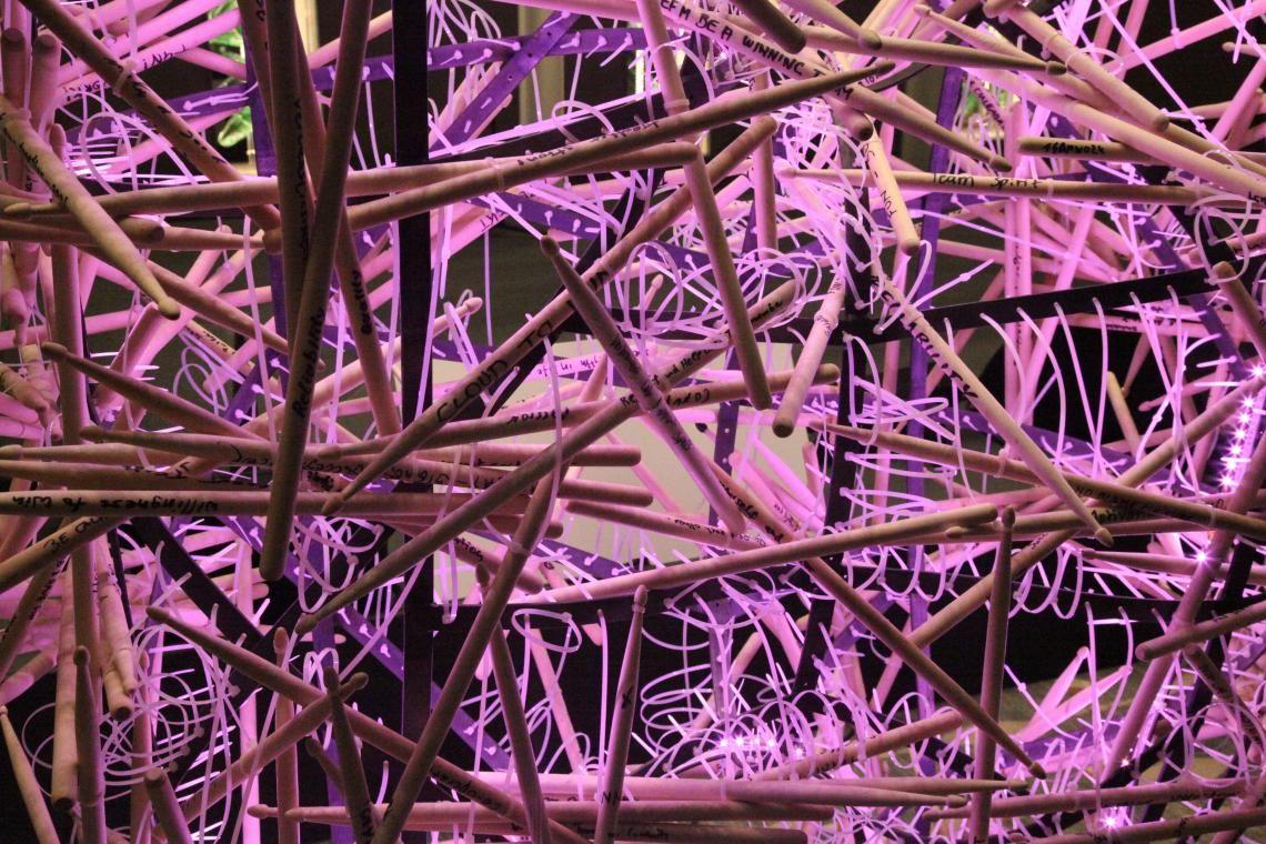 Skulptur aus Drum Sticks mit notierten Wünschen