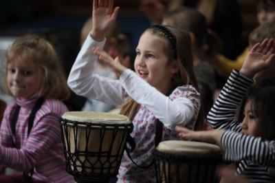 AKTION Drum Cafe - hier trommeln wir mit Hortkindern Mit AKTION Drum Cafe haben wir es uns zur Aufgabe gemacht, Menschen in sozialen und gemeinnützigen Einrichtungen das verbindende Erlebnis eines Drum Cafe Events zu ermöglichen.