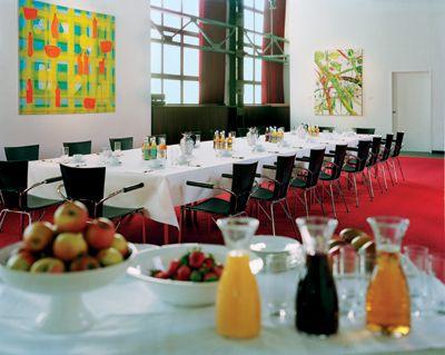 Die Galerie Die umlaufende Galerie bietet neben dem spektakulären Blick zudem zwei Veranstaltungsräume mit je ca. 118 m², erweiterbar durch flexible Trennwände. Begeistern Sie Ihre Gäste mit einer Ausstellung, Tagung oder bei einem exklusiven Empfang.