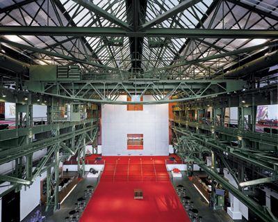 Das Foyer Moderne und Historie verschmelzen stilistisch zu einem atemberaubenden Hintergrund – kühle Stahlkonstruktion und warmes Ambiente formen einen Mix aus bestaunenswerter Größe und gleichzeitiger Behaglichkeit. Lassen Sie sich begeistern von einem der schönsten Industriedenkmäler in NRW. Faszinierende Eindrücke, die bleiben, Größe die begeistert!