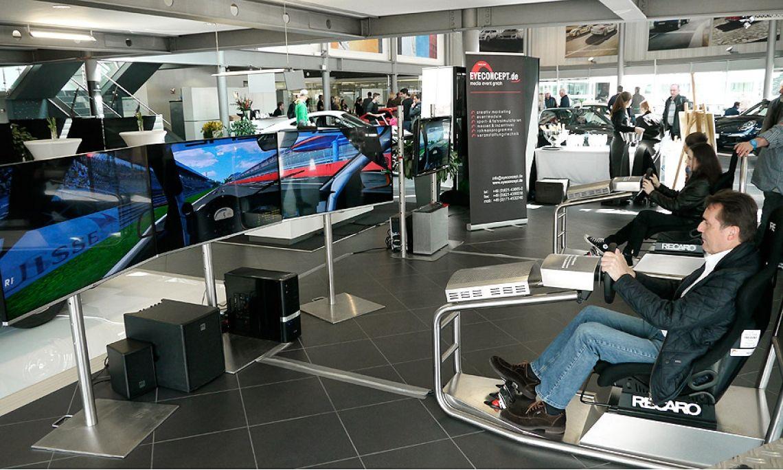 Driveseat Simulator Fahrsimulator Formel 1 DTM Porsche Cup Fahrsicherheitssimulator (Solo- oder Twinversion mieten) Driveseat Simulator (Twin Version): Doppel-Fahrsimulator, kompakt designed für Aktionsstände, bei denen es auf jeden Quadratmeter ankommt. Der Recaro-Fahrersitz ist auf einem Schienensystem jederzeit mühelos verstellbar. So sind die Pedalwege für den Fahrer in der Länge anpassbar. Über Force-Feedback werden die Fahrzeugbewegungen auf der Rennstrecke direkt auf den Fahrer übertragen.  Systemausstattung: - 2 x Fahrsimulator für spannende Rennen (Edelstahlausführung) - 2 x 3D-Rennsimulationssoftware - 2 x Recaro Fahrersitz (verstellbar, für Fahrer mit 1,60-1,95m Körpergröße) - 2 x Profi-Lenkrad mit Force-Feedback , Profi-Pedalsatz für den Dauerbetrieb, - 2 x Hochleistungsrechner mit Zubehör und Edelstahlhaube - 2 x Soundsystem, regelbar, für satten Motorsound - 2 x LCD-, LED-, oder /Plasmabildschirm - 2 x Werbeflächen am Simulator (optional, B: 50cm / H: 30cm)  Platzbedarf aufgebaut, L: 1,70m / B. 1,40-1,80m / H: 1,35m Strombedarf: 230V/16A  Referenzen (Auszug): Deutscher Sportpresseball, RTL-Television, EUROSPORT, Mercedes, Bosch, HENKELL & CO. SEKTKELLEREI KG, SZST Salzgitter Service und Technik GmbH, APO-Bank, Messe Hannover, Hassia Mineralquellen, Kurhaus Wiesbaden, SV Sparkassenversicherungen, ING-DiBa AG, Deutscher Medienpreis, Deutsche Gesellschaft für Logistik, Hotel Inter Continental Berlin,  u.v.a.