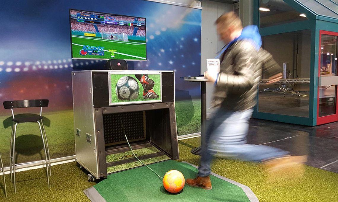 """Virtual Goalkeeper Fußballsimulator - einfach mieten - (3 baugleiche Fussballsimulatoren direkt ab Lager verfügbar) Der weltweit erste, real bespielbare, virtuale Fußballsimulator mit Kunstrasenanlauf,  Großbildschirm auf Edelstahlständer, regelbarem Stadion-Soundpackage.  SPIELABLAUF: Der virtuelle Schiedsrichter pfeift das Spiel an. Sie haben zunächst je 6 Bälle und 20 Sek. Zeit für jeden Schuß aufs Tor. Dabei stehen Sie dem virtuellen Torwart in verschiedenen Spielsituationen gegenüber, d.h. die Position des Balls zum Tor  ändert sich im Bild vor jedem Schuß aufs Tor, die Position der Teilnehmer bleibt allerdings gleich. Besonders gut platzierte Torschüße werden mit Bonusbällen belohnt. Der virtuelle Torwart wird natürlich versuchen Ihre Bälle zu halten...!   SCHWIERIGKEITSGRADE: Schwierigkeitsgrade per Knopfdruck wählbar: Beginner / Advanced / Professionell Spielmodus einstellbar: Solomodus - 1 Spieler, Torschüsse direkt nacheinander Teammodus - 2 Spieler, Torschüsse abwechselnd gegen den realen Gegner.  AUSWERTUNG: Realtime-Auswertung durch zwei integrierte Sensormessstrecken.  1. Torwertung:     Jeder Treffer wird als """"Tor"""" für den Spieler gewertet.    2. Geschwindigkeitsmessung:      Die Ballabschlaggeschwindigkeit wird in """"km/h"""" angezeigt.  3. Punktwertung """"Score"""":     Jeder Spieler beginnt mit 6 Bällen und 6 Schüssen auf das Tor.     Für jeden Torschuß vergibt das System  """"Punkte"""", die automatisch errechnet werden,      aus Schußgeschwindigkeit, Winkel und Treffern sowie der Platzierung des Balls      im Tor.  Besonders gute Torschüsse werden mit Bonusbällen belohnt. So kann der     Teilnehmer weitere Punkte erzielen. Das Endergebnis sehen Sie nach jedem Spiel         für jeden Spieler als Gesamtpunktzahl """"Score"""" auf dem Monitor eingeblendet..     Diese Wertung empfiehlt sich idealerweise für Gewinnspiele!  BILDAUSGABE Großbildschirm mit Monitorständer (im Lieferumfang enthalten). Das Bildsignal kann auch alternativ an der VGA-Buchse abgegriffen  werden und"""
