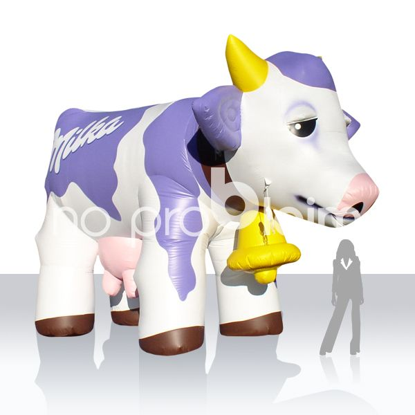 Milka Kuh aufblasbar / aufblasbare Figuren / Maskottchen aufblasbar Wer kennt sie nicht, die aufblasbare Kuh von no problaim ? Wir fertigen aufblasbare Figuren / Maskottchen nach Kundenwunsch. Ob als Blickfang für den Messeeinsatz oder als riesiges unübersehbares Werbeobjekt bei Veranstaltungen im Freien. Wir haben für jeden Einsatzzweck die passende Lösung. Für das Branding können Sie aus zahlreichen Grundfarben wählen und das Logo wird aufgemalen oder 4c gedruckt.  Rufen Sie uns an - wir beraten Sie gerne.