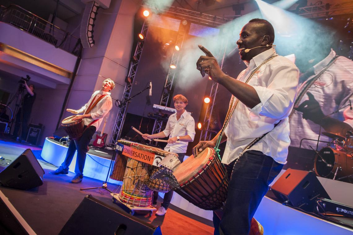Drum Conversation Team auf der Bühne im Live- Einsatz Galaveranstaltung mit 600 Gästen und 600 Leihtrommeln im Publikum