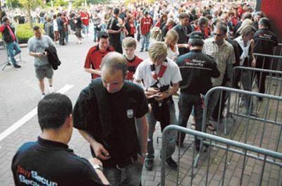 Alles für die Sicherheit  Die Leverkusener BayArena zählt zu den sichersten Stadien in Europa. Dies ist vor allem ein Verdienst der Securitas Sport & Event GmbH, die an Spieltagen mit rund 380 Ordnern und in Zusammenarbeit mit der Polizei für den reibungslosen Ablauf des äußeren Rahmens sorgt.