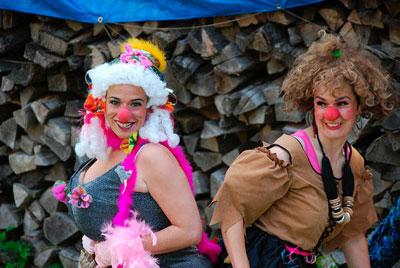 Clown-Walk-Act für Ihre Feste Wir bieten Ihnen für jeden Event Clownauftritte von 20 bis 60-minütiger Länge für alle Altersgruppen an. Mit eindrucksvoller Mimik und Körpersprache begeistern die Clowns der Compagnie seit 1983 europaweit das kleine und große Publikum. Mit wenig Mitteln entwickeln sich Geschichten, die - witzig und turbulent oder leise und poetisch - zum Lachen bringen. Dem Veranstalter stehen professionelle Clowns für unterschiedliche Anlässe zur Verfügung. Ob Firmenevent, Kleinkunsttheater oder Kinder-Nachmittag, ob Seniorenheim oder Klinik, unsere Clowns faszinieren die Zuschauer.