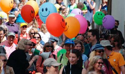 Clowns mitten im Publikum Unsere Clown Walk Acts für Kinder und Erwachsene bereichern durch humorvolle, clowneske Aktionen und Handlungen direkt unter den Gästen und Besuchern Ihre Veranstaltungen. Mit eindrucksvoller Mimik und Körpersprache begeistern die Clown Walk Acts im Duo oder Solo das Publikum. Mit wenigen Mitteln entwickeln sich Geschichten, die zum Lachen bringen. Auf Wunsch werden auch mit Ihnen abgesprochene Szenen eingebaut. Lachende Gäste sind immer zufriedene Gäste.