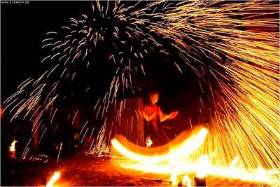 Feuershow Lassen Sie sich einladen auf eine Reise in die Welt des Feuers. Schon seit tausenden von Jahren versucht der Mensch das Feuer zu beherrschen. Gefährlich und unbezwingbar steht es ihm gegenüber. In unseren unterschiedlichen Shows aus Tanz und Jonglage wird das Feuer mit all seiner Leidenschaft wahrgenommen und in ein fazinierendes Spiel mit einbezogen.