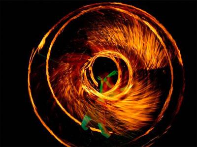 Feuer-Performance Erleben Sie in unserer Feuer-Performance das berauschende Zusammenspiel von Tanz, Musik, wirbelnden Flammen und überraschenden Showeffekten. Tanzende Flammen, die sich zum Takt der Musik um den Körper schmiegen oder riesige Feuerbälle, die in den Nachthimmel aufsteigen.