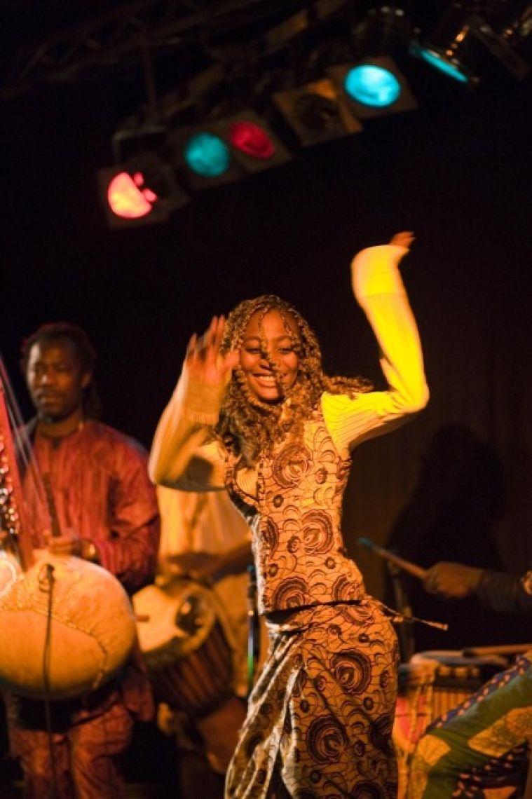Afrojant Afrikanische Tänzerin live während der Bühnenshow
