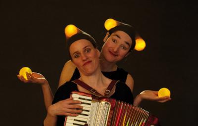 Lámpara Magische Leuchtkugel-Choreografie mit Jonglage und Akkordeon.